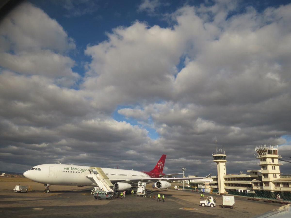 فرودگاه تانا ساده و مبتدی ست اما دلنشین، سقف آسمان این شهر هم که طبق معمول کوتاه است و انگار زمین و آسمانش را پیوندی دیرینه است، حتی می شود ابرهای آسمانش را لمس کرد!