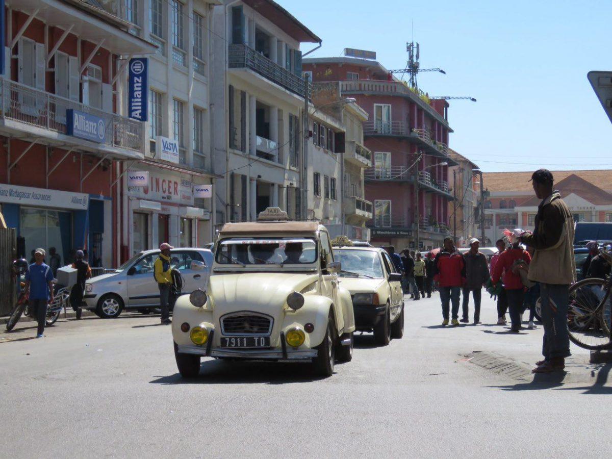 می ایستی کنار راه، تاکسی ها می آیند، نسل هایی از ژیان و رنو در خیابان ها رژه می روند که مدلشان به عمر ماها قد نمی دهد، دسستت را بلند می کنی، می ایستند و به همین سادگی مسافرشان می شوی