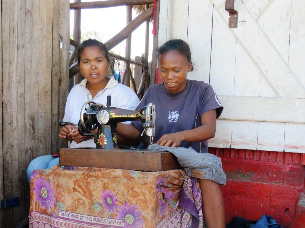آن گوشه لباس های دست دومی که به ماداگاسکار آورده شده اند را بساط فروش کرده اند، اینها هم با دقت و حوصله تعمیرشان می کنند تا جنس نامرغوبی به دست مشتری نرسد، همه جا و همیشه حق با مشتریست گویا!