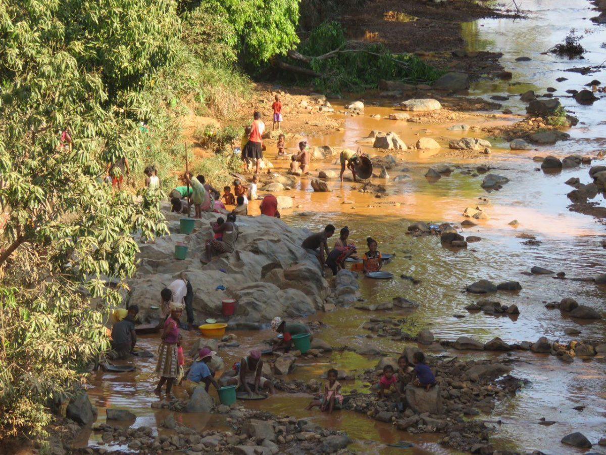 مشغول کارند، جملگی، وقتی آنسوی رودخانه نگاهشان می کنم مکثی می کنند، لبخندی می زنند و بچه ها صدایم می کنند و می خندند...