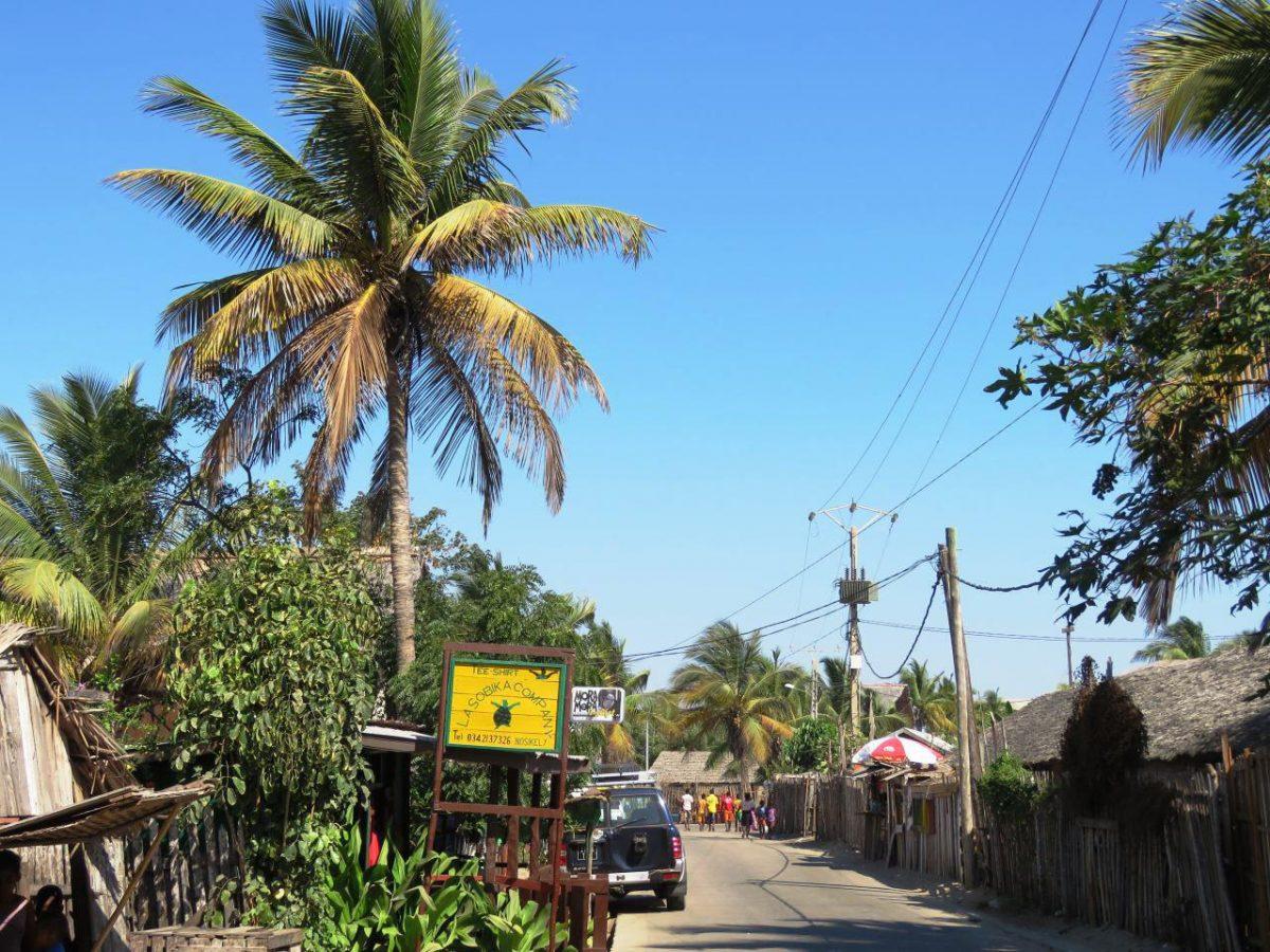 جاده موازی ساحل اقیانوس هند و کانال موزامبیک، اینجا توریستی ترین قسمت شهر ساحلی مورونداواست.