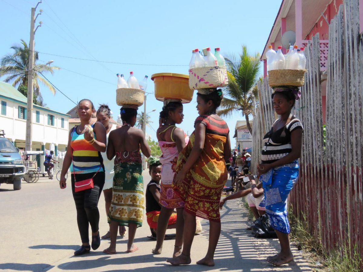 و اینها هم با لباس های سراسر رنگشان راهی بازار شهر هستند، کلا تجارت گسترده و بازار بزرگی دارد بطری های دست دوم و سوم در ماداگاسکار!