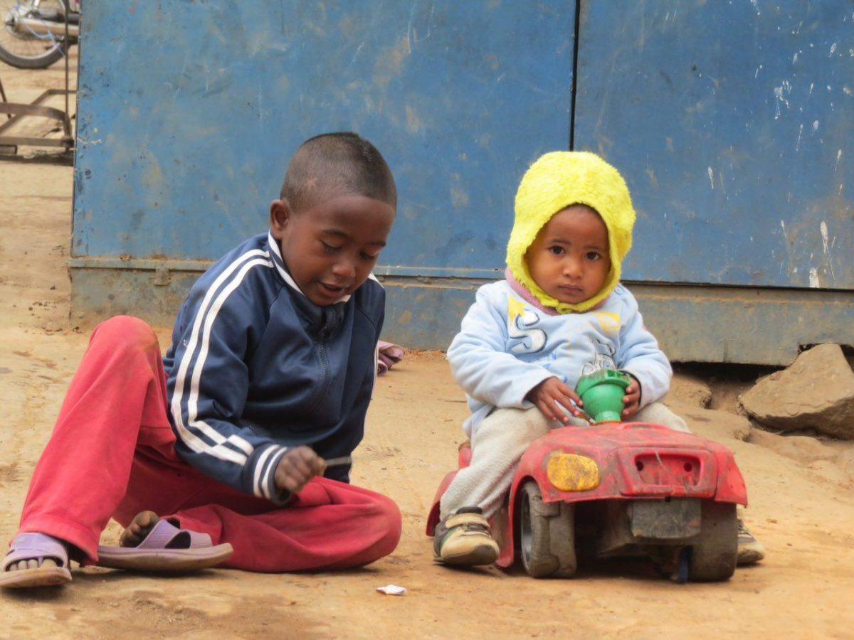 بچه ها هم که مثل همیشه فارغ از دنیای پیچیده آدم بزرگ ها مشغول شادمانی کودکانه شان هستند