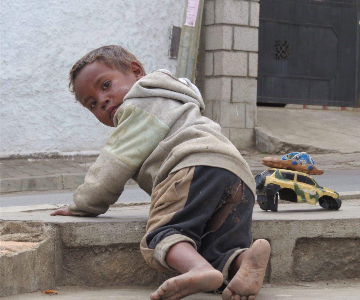 شلوارهای داشته و نداشته بچه ها هم معمولا شکافته شده تا دچار استرس قبل و بعد قضای حاجاتشان نشوند! البته این پدیده عجیبی نیست، اولین بار در تبت این پدیده مهم علمی را کشف کرده بودم!