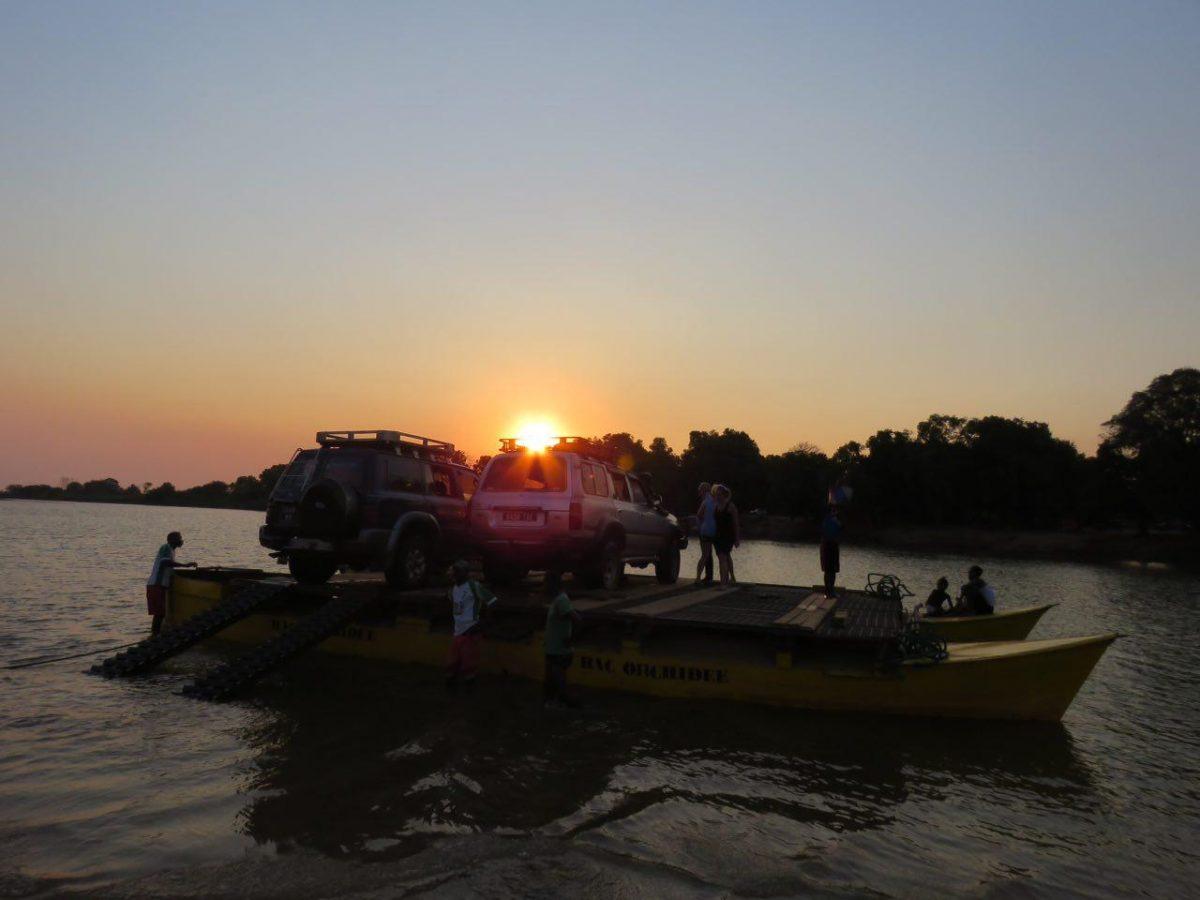 """لحظه غروب را به رودخانه """"مانامبولو"""" واقع در حاشیه منطقه بماراها می رسیم، با یدک کش هایی کاملا ابتدایی ماشین هایمان را جابه یشان می کنیم به آنسوی رود تا شب هنگام، خودمان را به لوج محل اقامتمان برسانیم."""
