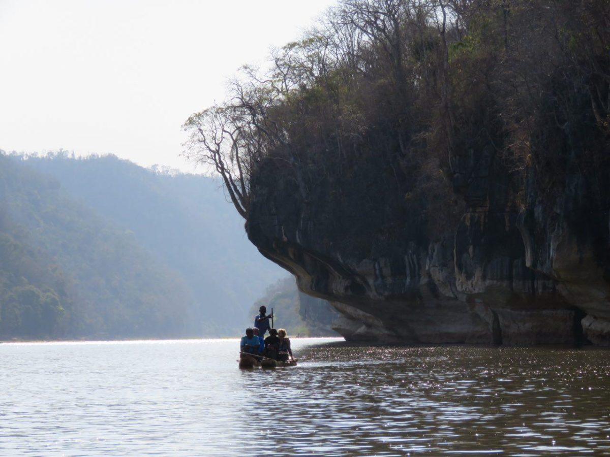 جلوتر که می رویم صخره ها بلندتر می شوند و چون دیوارهای بلندی، می نشینند دو طرف رودخانه تا زیبایی بیشترش را دلیل باشند!