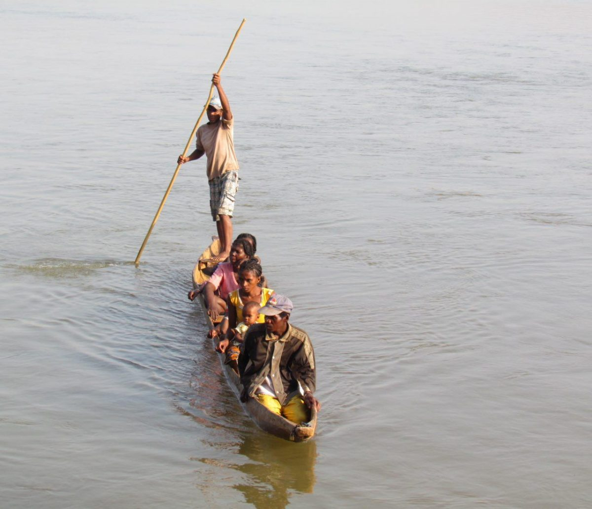 کل جابه جایی هایشان با همین کنوهای ساده است، انگار همه سوار بر تنه درختی بر روی آب، راه می جویند و مقصد می طلبند!