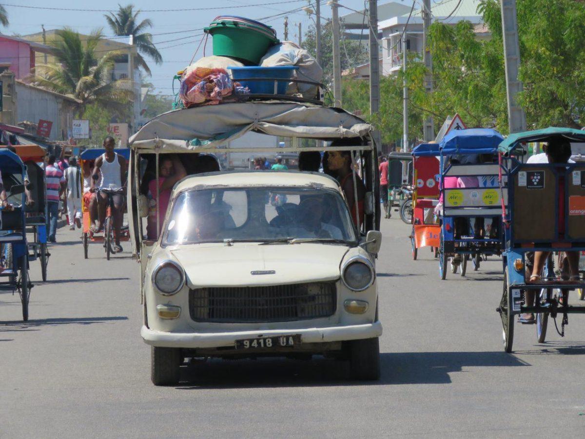 """خیابان های اصلی مورونداوا اما زنده اند و پر رفت آمد، """"بوس بوس"""" ها روانند و ماشین ها نیز مسافرکشی می کنند..."""
