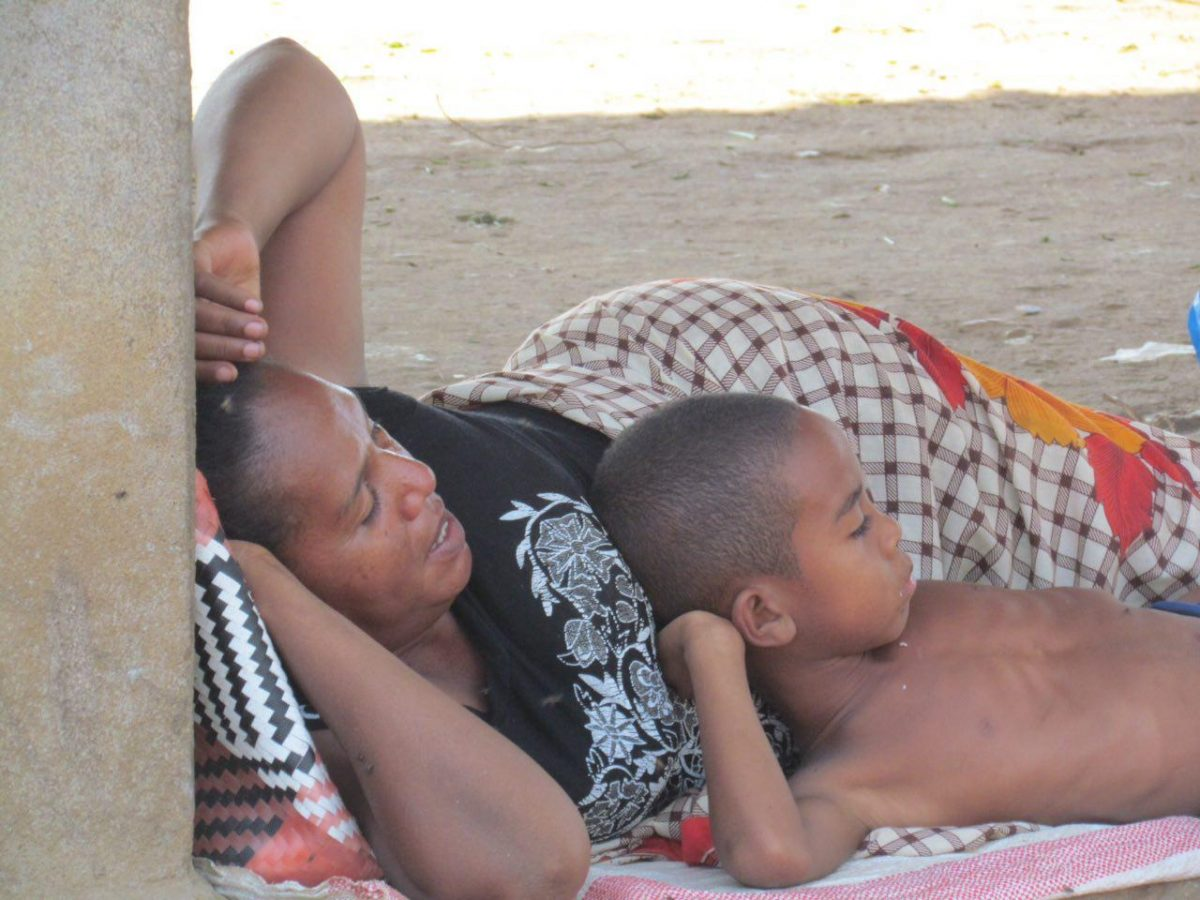 جلوی در خانه شان درازکش استراحت می کنند گویا، مهر مادر و فرزندی ست و طبیعا نظیری ندارد!