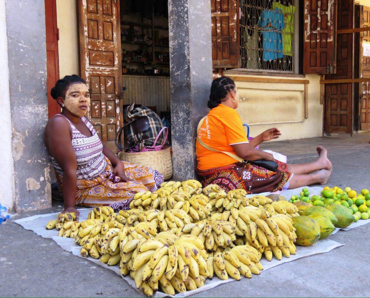 بساط کرده اند میوه هایشان را، موز و پاپایا و لیمو، خانم فروشنده هم مانند بسیاری از زنان مالاگاسی ماسک بر صورت دارد، ماسکی که معجونی از مواد طبیعی از جمله ریشه چند گیاه است و از پوستشان مراقبت می کند.