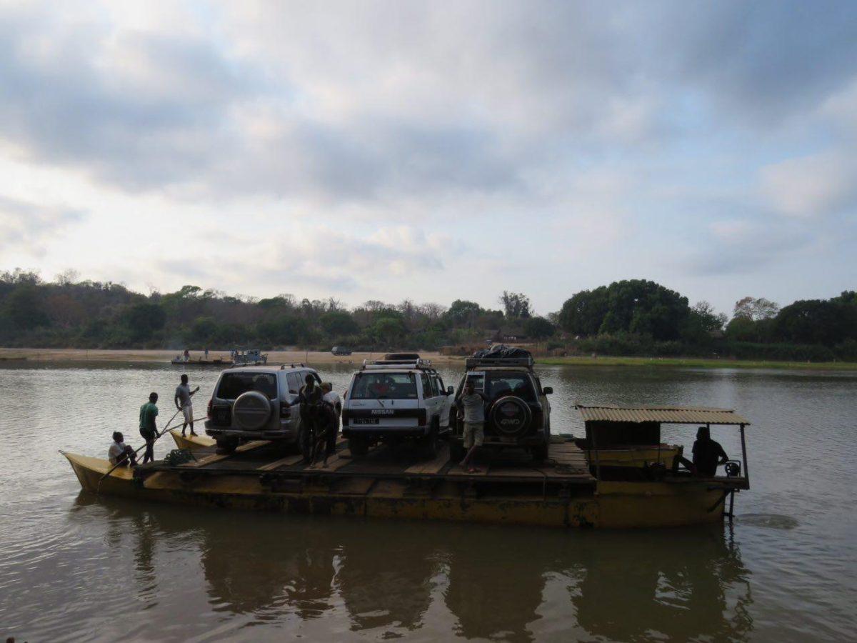 و اینگونه ماشین هایمان از عرض رودخانه عبور داده می شوند، شاید آیندگان این سرزمین شاهد کسترش دانش و تکنولوژی در سطحی باشند که بتواند حداقل روی این رودخانه چند ده متری، پلی احداث کند!