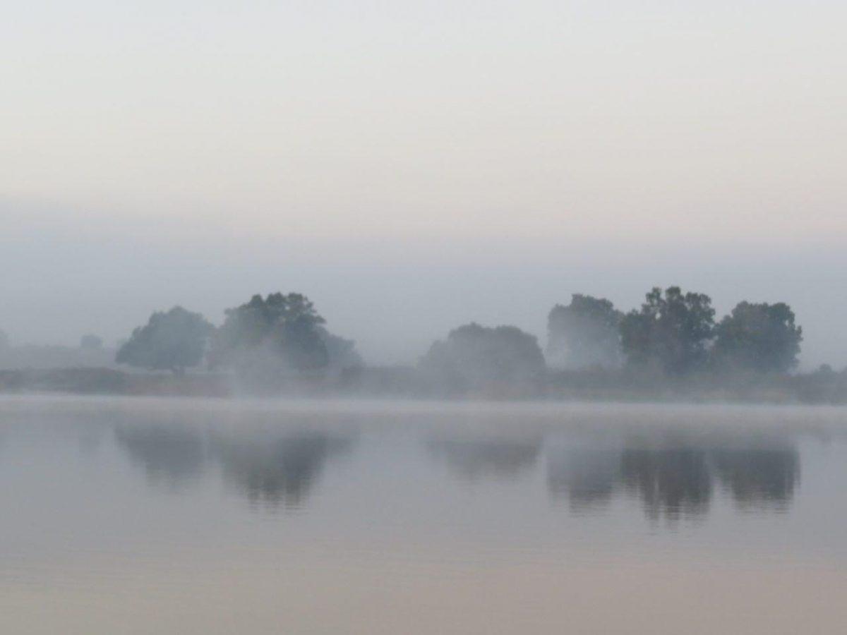 مه گرفته آب آرام سیریبینا و انعکاس سایه های طبیعت زیبای اطرافش را می توان ستود.
