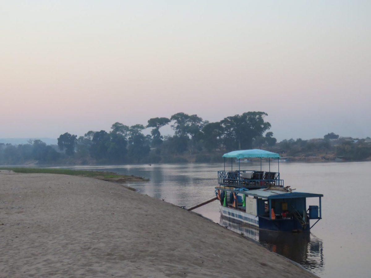 و قایقی که انتظارمان را می کشد برای ادامه مسیرمان روی سیریبینای باشکوه، چادرها را جمع می کنیم و همزمان با بالا آمدن آفتاب، راهی می شویم.