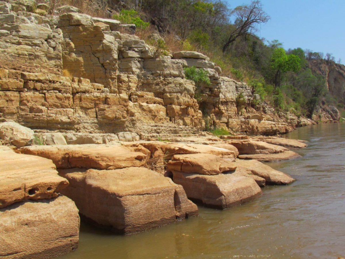 گاه در حاشیه رودخانه دیواره های صخره ای کوتاه و بلندی پدیدار می شوند که علاوه بر زیبایی شان، مکان مناسبی برای لانه سازی پرندگان مالاگاسی نیز هست!