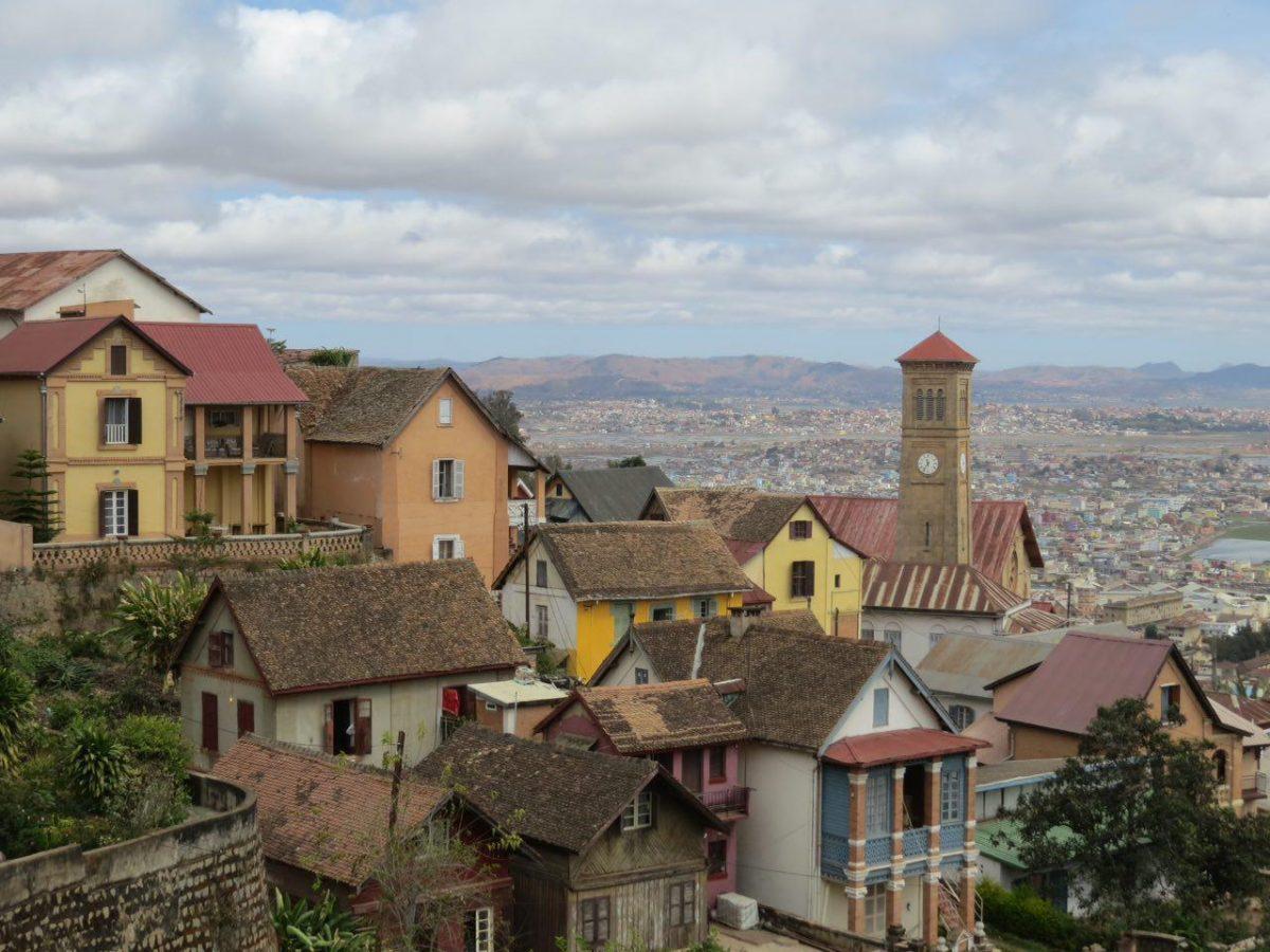 آنتاناناریوو از بالا زیباست، چیزی شبیه شهرهای خوشرنگ و دلبرانه اروپایی، به شرطی که ندانی درون این دورنمای زیبا چه زخم ها و فقرها نهفته است...