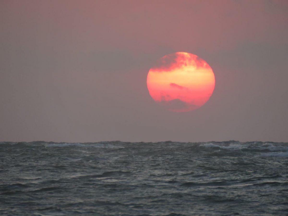 و آفتابی که بی رمق دل می سپارد به امواج دریا و این زنگ پایان روز است.