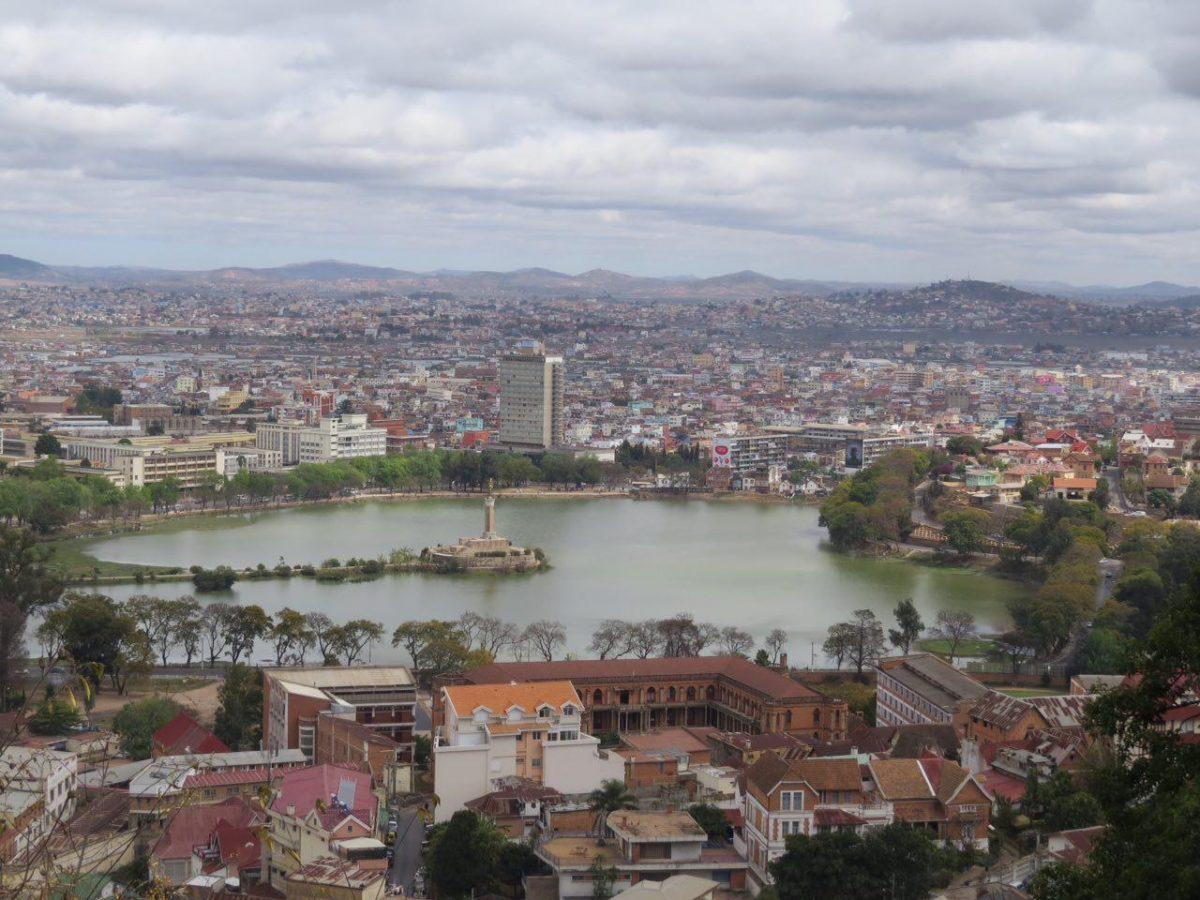 """این هم نمایی از دریاچه """"آنوسی"""" در مرکز شهر تانا، در مرکز دریاچه مجسمه فرشته ای حلقه به دست وجود دارد که برای یادبود سربازان مالاگاسی کشته شده در جنگ جهانی ساخته شده است، همان پیش مرگ های ارتش فرانسه!!"""