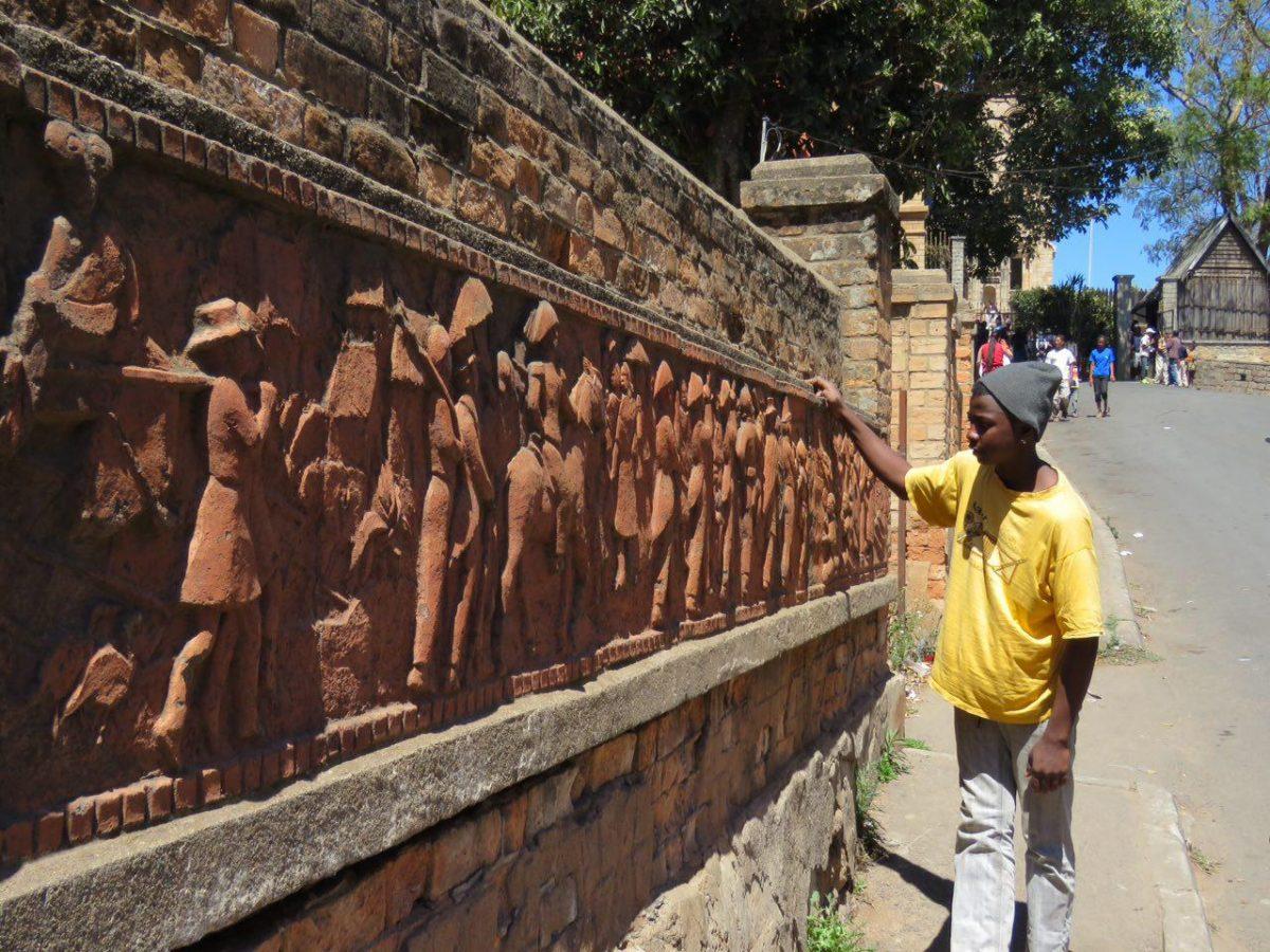 این هم دیواره ای از تاریخ مصور ماداگاسکار، سیر تکاملی آمدن ملوانان مالایی و استقرارشان در ماداگاسکار را به زیبایی به تصویر کشیده است، همان ها که با خود زِبوها و کشاورزی را برای بومیان به ارمغان آوردند