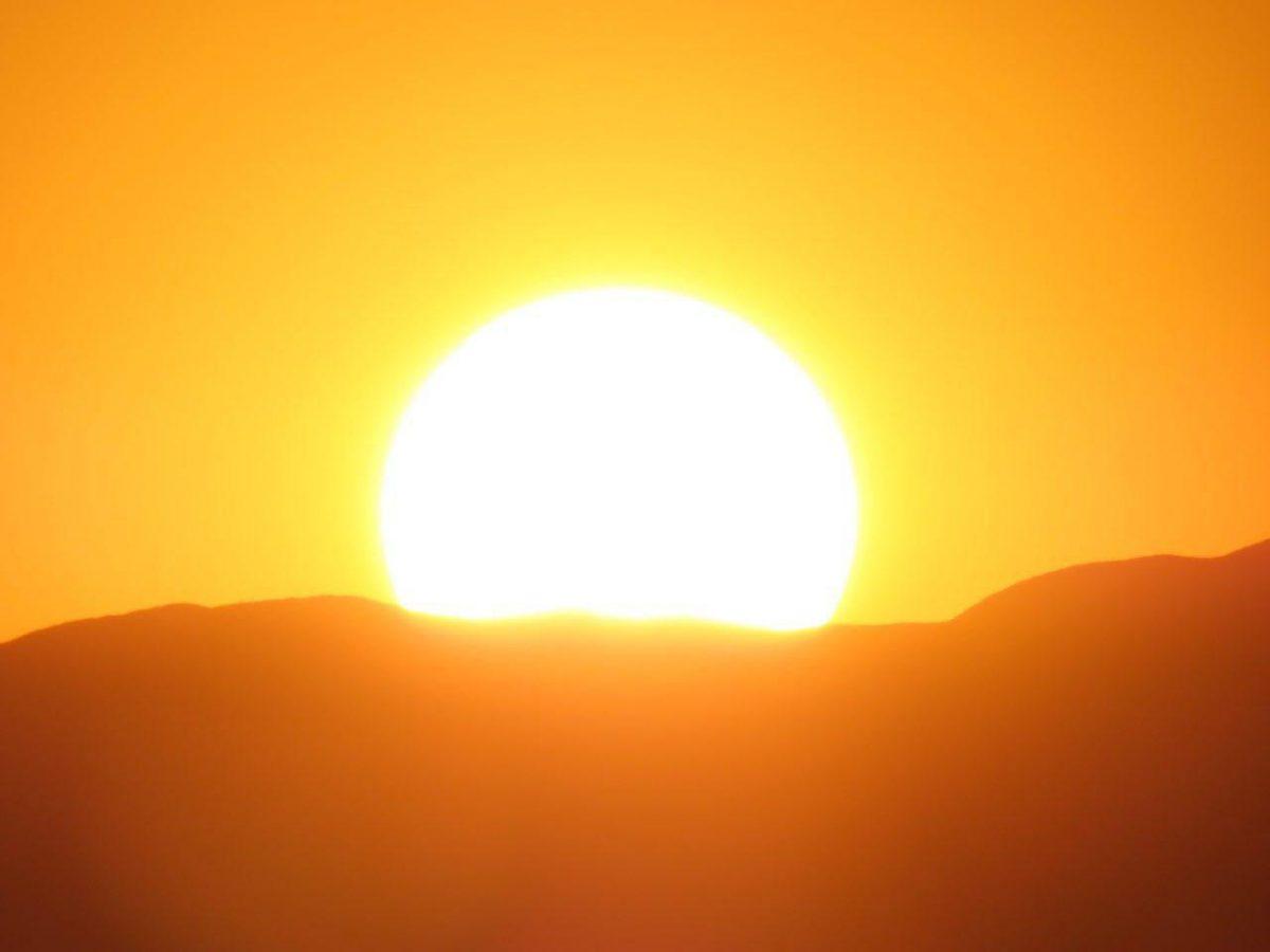 غروب آفتاب جایی آن وسط های آتاکاما که مشتاقان آفتاب به تماشایش نشسته اند. شاید معمولی به نظر بیاید، ولی برای آنها که در آن جایگاه خاص تماشایش کرده اند تا همیشه خاص و یگانه است..