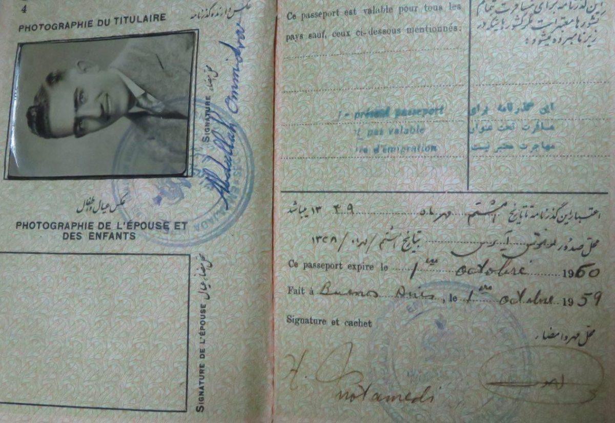 حالا چقدر جنس پاسپورت هایمان فرق کرده است، آن موقع ها پاسپورت ها ساده بوده اند و گذشتن از مرزها هم ساده!