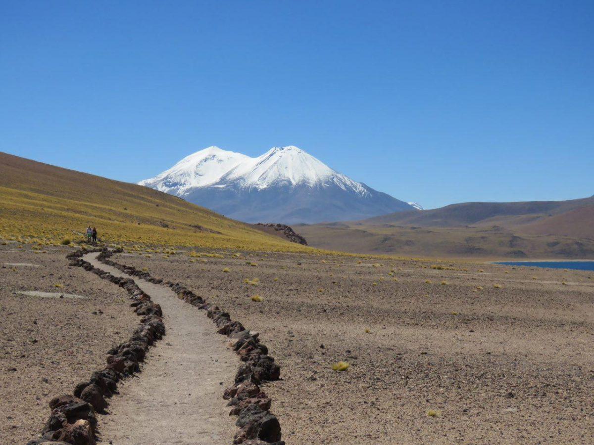 خوب طبیعت شان را حفاظت می کنند اینجا توی شیلی،مسیرها و راه ها همه جا محدود است و مشخص و اینگونه نیست که بشود در کنار دریاچه قلیان کشید و جوجه کباب باد زد! راه ها آنقدری جذابند که نیازی به بیراهه نیست.