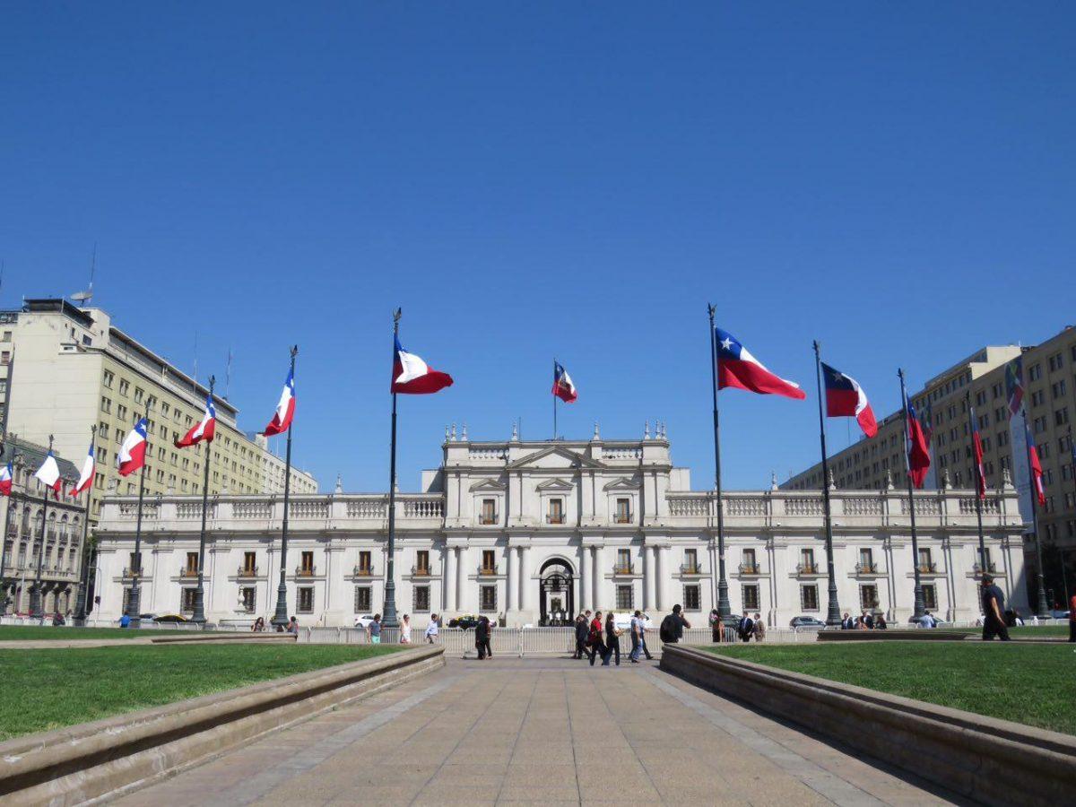 این هم ساختمان ریاست جمهوری سانتیاگو و چه خاطرات تلخ و شیرینی از تاریخ پرتلاطم شیلی را در دل خود دارد اینجا، سالوادر آلنده، دیکتاتور معروفشان پینوشه و بعد هم حکومت های پیوسته به ظاهر مردمی این کشور.