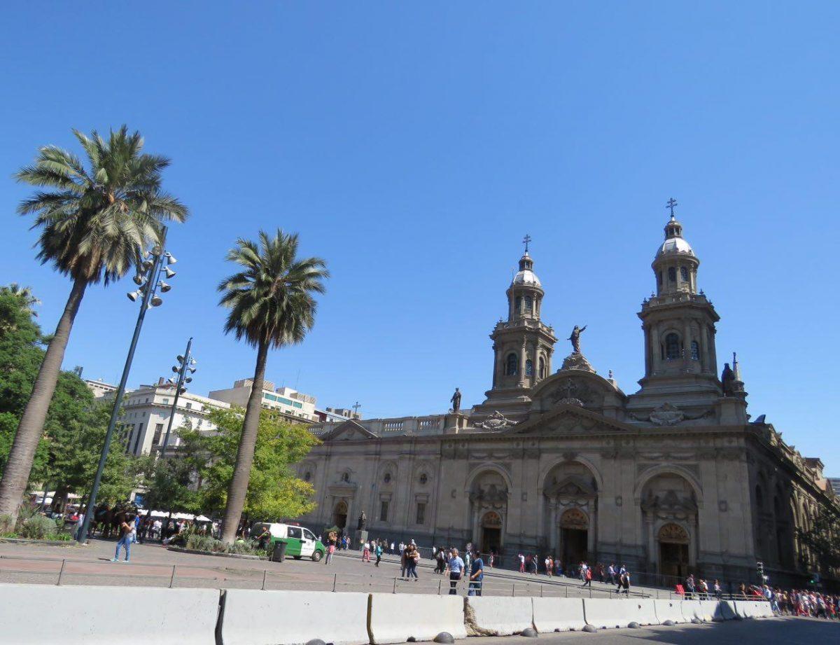 """و اما """"پلازا د آرماس"""" که به کیلومتر صفر مشهور است، یعنی قلب سانتاگو، اطرافش پر است از کلیساها و ساختمان های تاریخی شهر، معنی نامش """"اسلحه"""" است و در زمان استقلال شیلی، محلی برای مسلح کردن مردم بوده است."""