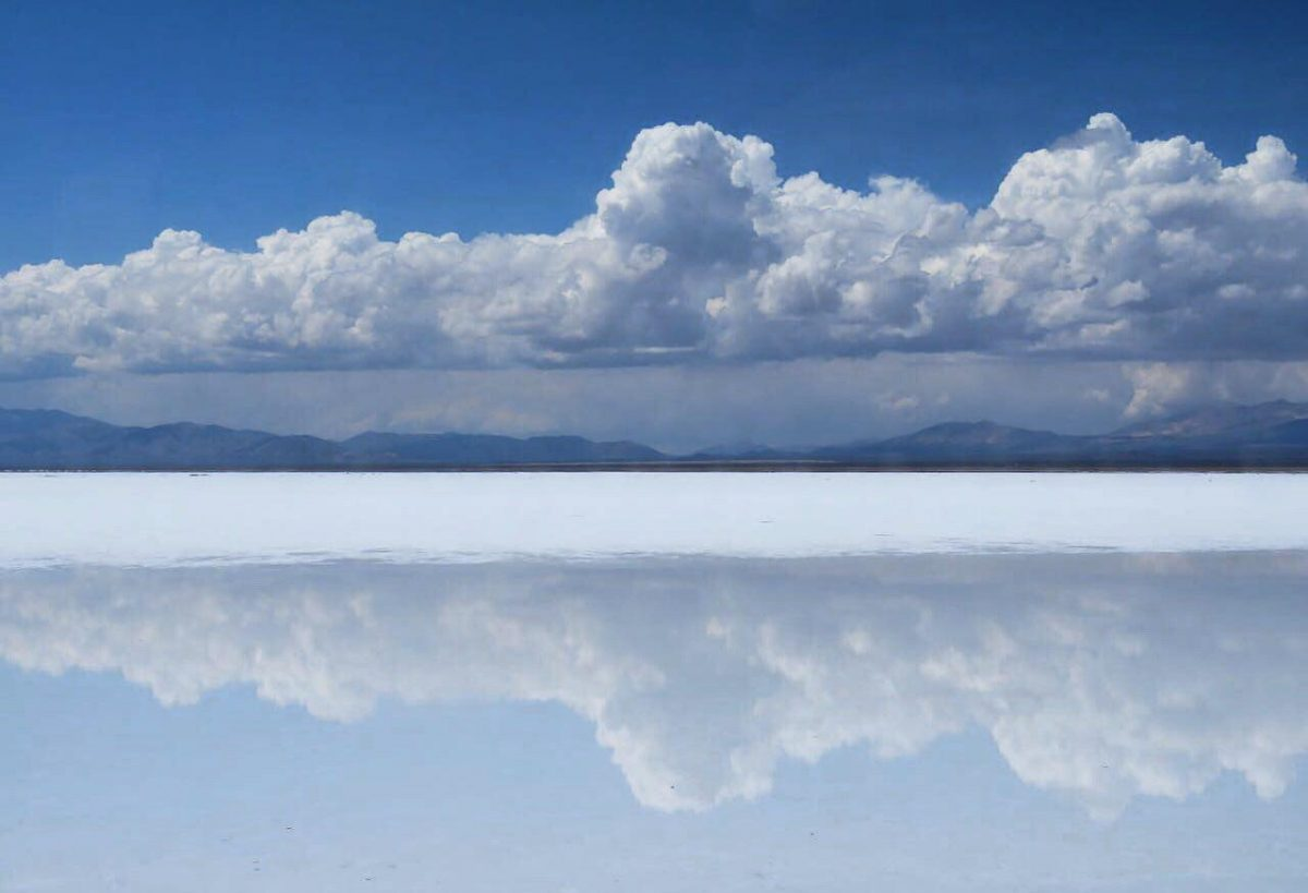 این هم آخرین دریاچه های نمکی که بین مسیر می بینم، همچنان اینجا آسمان خودش را پهن زمین کرده است، اصلا اینجا چیزی زمینی نیست، همه چیز آسمانی ست..