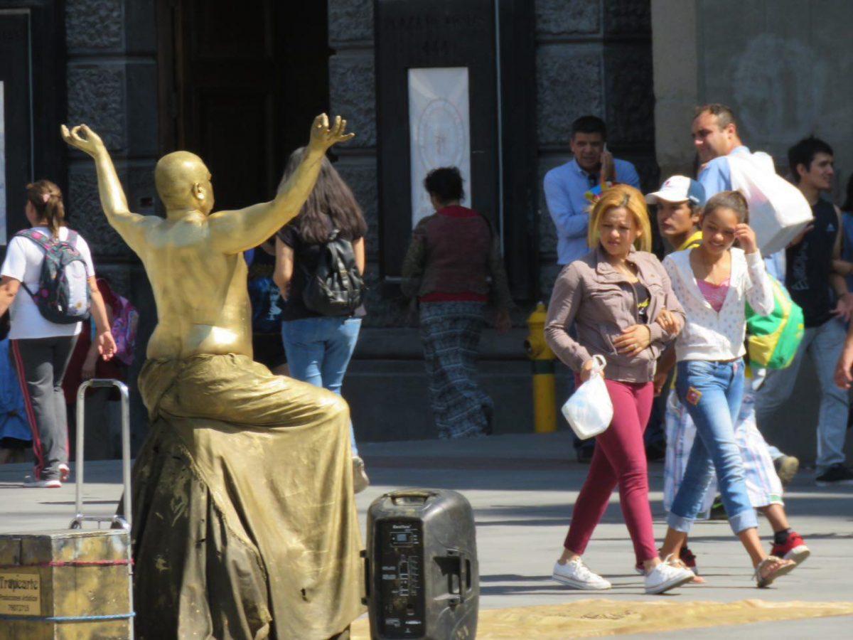 این یکی در گوشه یکی از میدان های شهر بدنش را طلایی کرده است و در زیر آفتاب مجسمه ای شده است که گاه به آرامی حرکتی می کند تا بلکه توجه بخرد و پولی به کف آورد، شغل ها متفاوتند.
