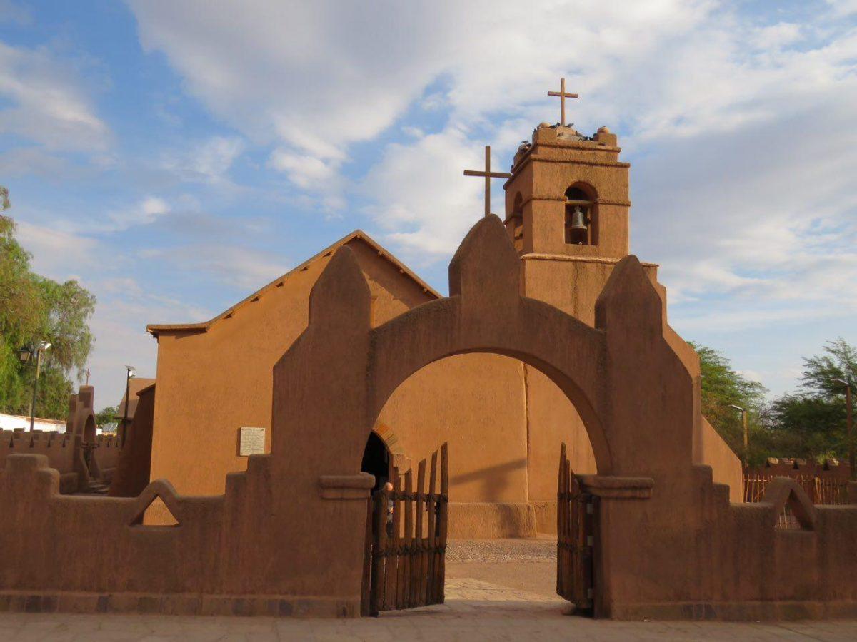 کلیسای گلی شهر با درهای چوبی ساده اش، فضای دوست داشتنی و آرامش بخشی دارد، سادگی اش را دوست دارم.