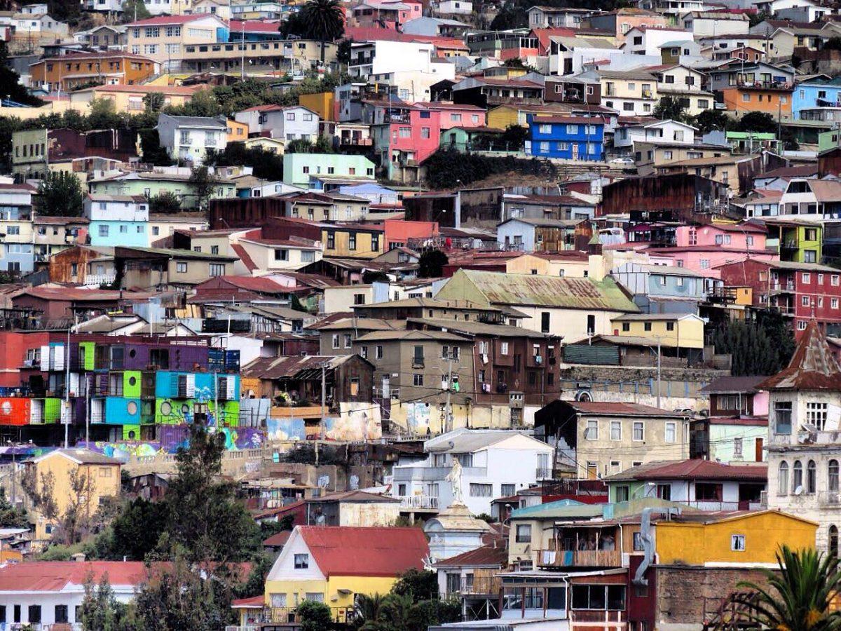 آن بالاسر تپه در هم تنیدگی شهر و رنگ هایش بهتر و بیشتر به چشم می آید.