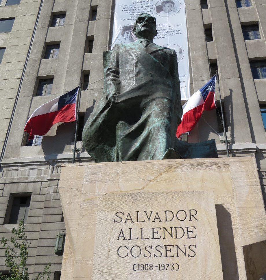 """آلنده و عینک معروفش، میگویند زنان شیلی که کارناوال قابلمه به نشانه گرسنگی جلوی کاخ سالوادر آلنده براه انداختند تصورش هم نمی کردند بازی خورده کسینجر هستند و ورق بعدی دیکتاتوری خواهد بود به نام """"پینوشه"""""""