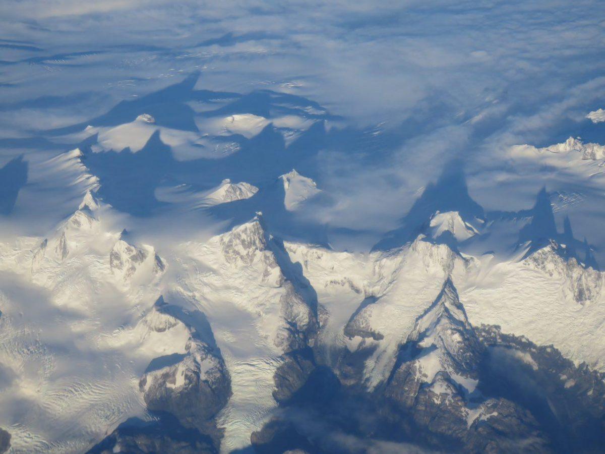 از آن بالا کوه های آند و سایه اشان که بر سر ابرها گرفته اند اینگونه دیده می شود، کوه های عظیم و پر برف.