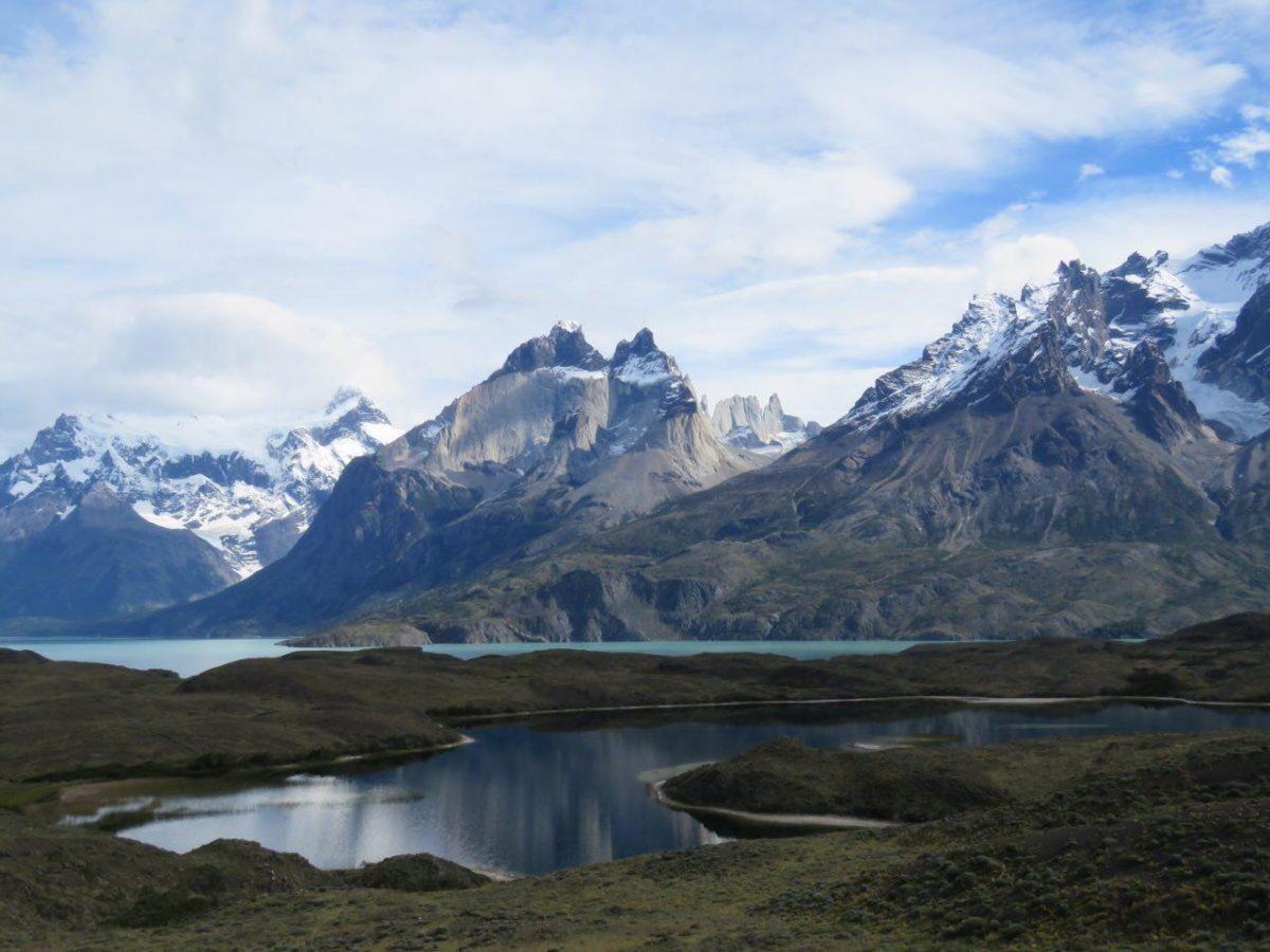 آب دریاچه های اطراف کوه های برف گرفته منطقه نیز هر یک به طرحی و رنگی درآمده اند و این دریاچه ها را به همان نام می شناسند، دریاچه خاکستری، دریاچه آبی...