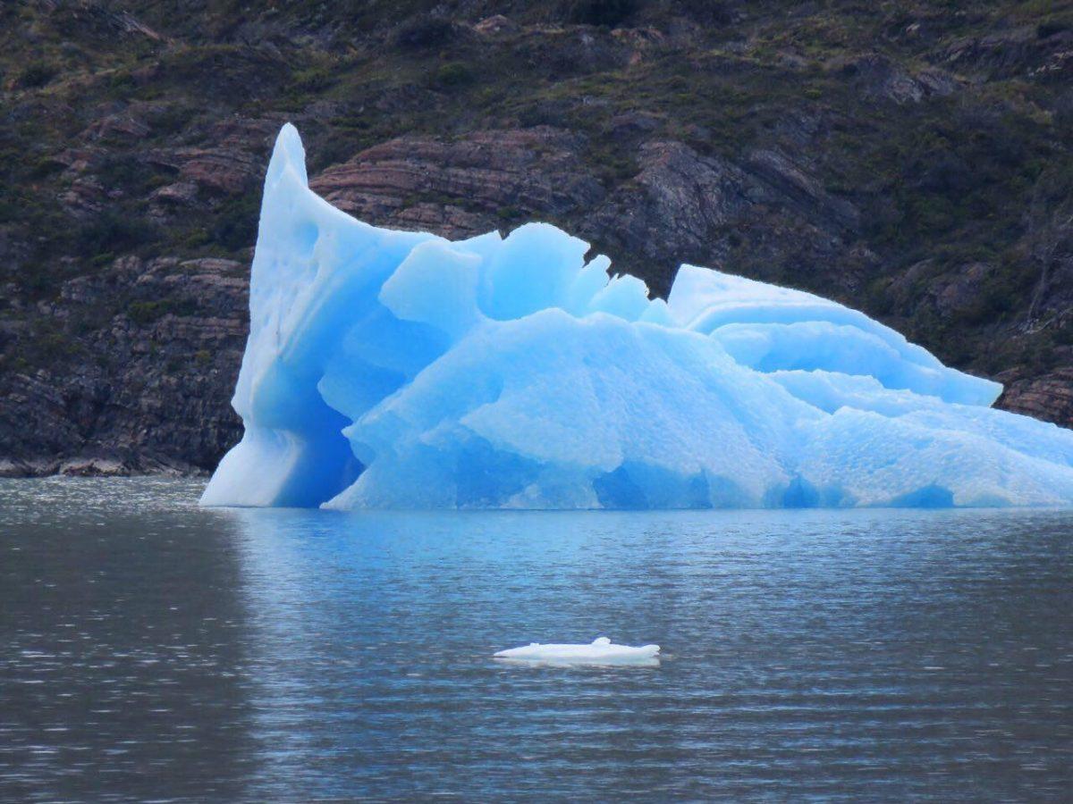 کمی دوردست تر آن دورها یخچال طبیعی را می بینیم که تا امتداد دریاچه زیر پاییش پایین آمده و این قطعه یخ بزرک و سرگردان نیز یکی از قطعات جدا مانده از اصل است، نور می خورد، رنگ می گیرد و زیبایی می آفریند.