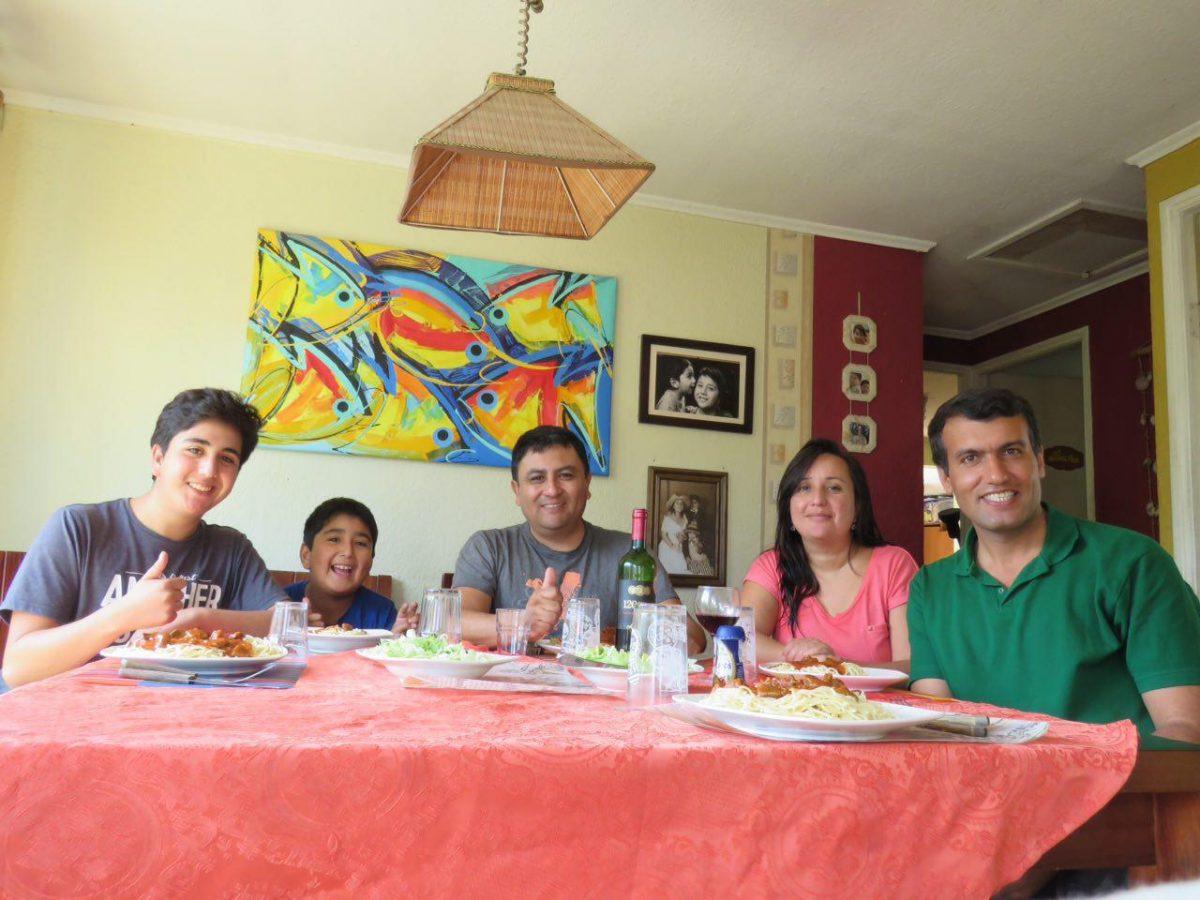 این هم یک شام دور همی که البته من هم در درست کردنش نقش آفرینی ها کرده ام در کنار دوست داشتنی ترین خانواده شیلیایی که در این سفر تا امروز دیده ام