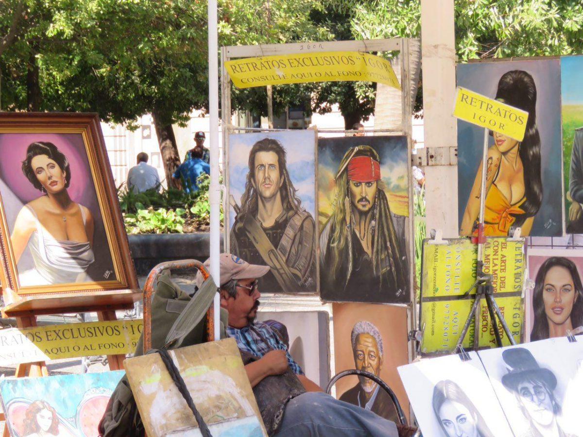 میعادگاه هنرمندان شهر است اینجا، در هر گوشه اش هیاهویی برپاست، این یکی هم که میان نقاشی هایش نفس می کشد.
