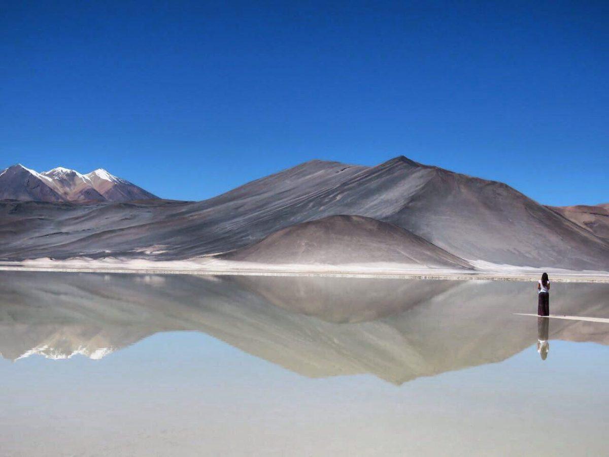 باز هم قصه سایه ها و زیبا دریاچه نمکی آرامی که آسمان و کوه و زمینی را که در دل خود جا داده است.