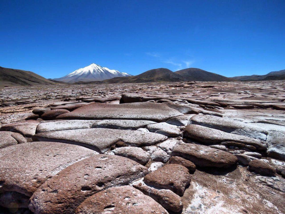 سنگ های قهوه ای و قرمز هم در کنار دریاچه نمک نشسته اند به ترتیب در کنار هم، همان ها که خود فرزند خشم زمینند و محصول زایش آتش فشان های اطرافشان
