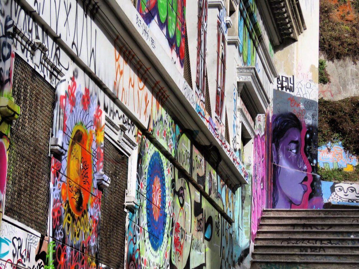 طرح و نقش خورده اند روی دیوارها، تلفیقی هستند از نظم و بی نظمی و شاید برای همین است که توجه می خرند و نگاه می دزدند.