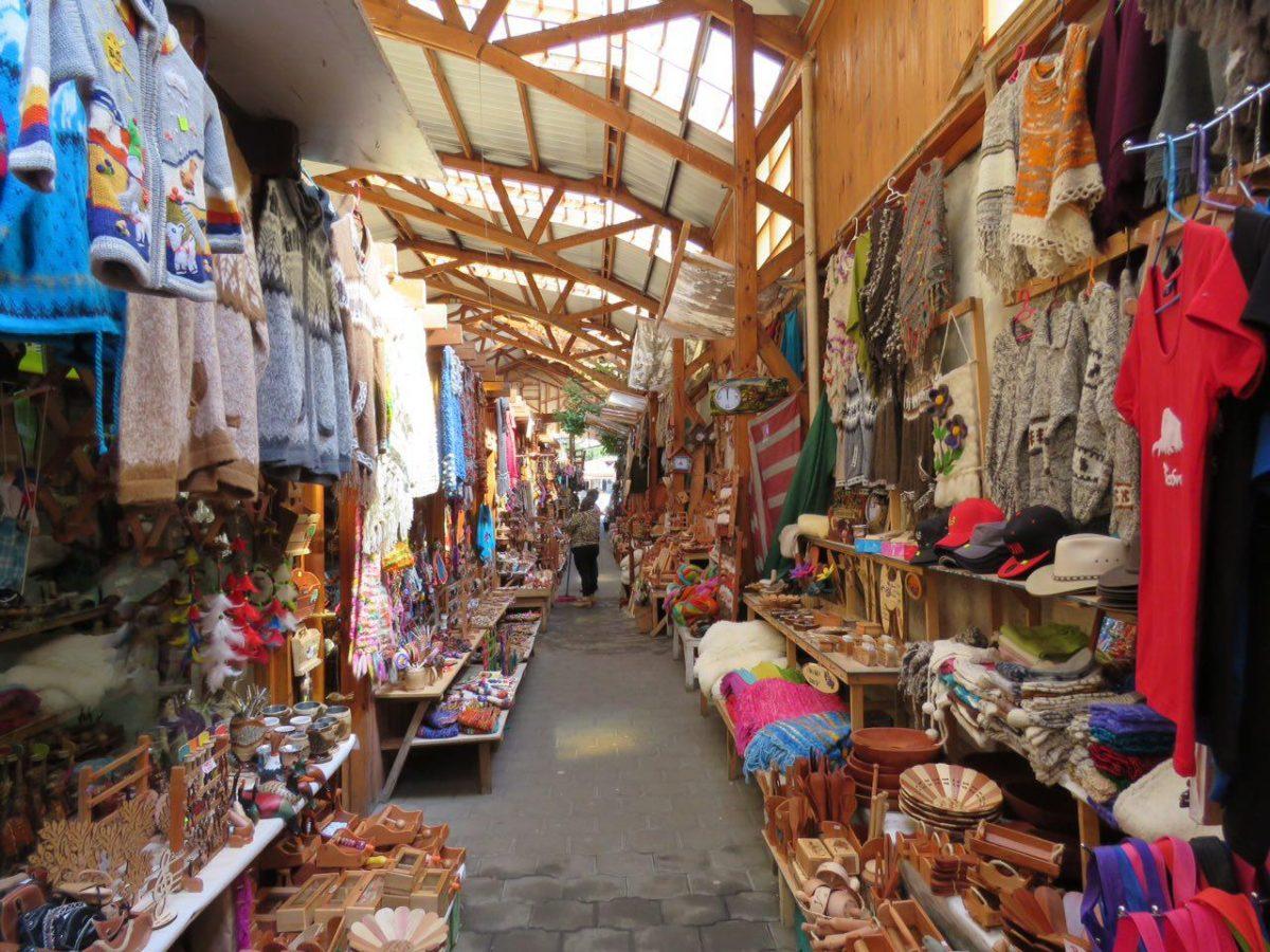 بازار خوشرنگی دارد پوکن، مثل همه بازارهای رنگی صنایع دستی آمریکای جنوبی، هر چند که اینجا از ظرافت و جذابیت آنها که در پرو می دیدیم خبری نیست...