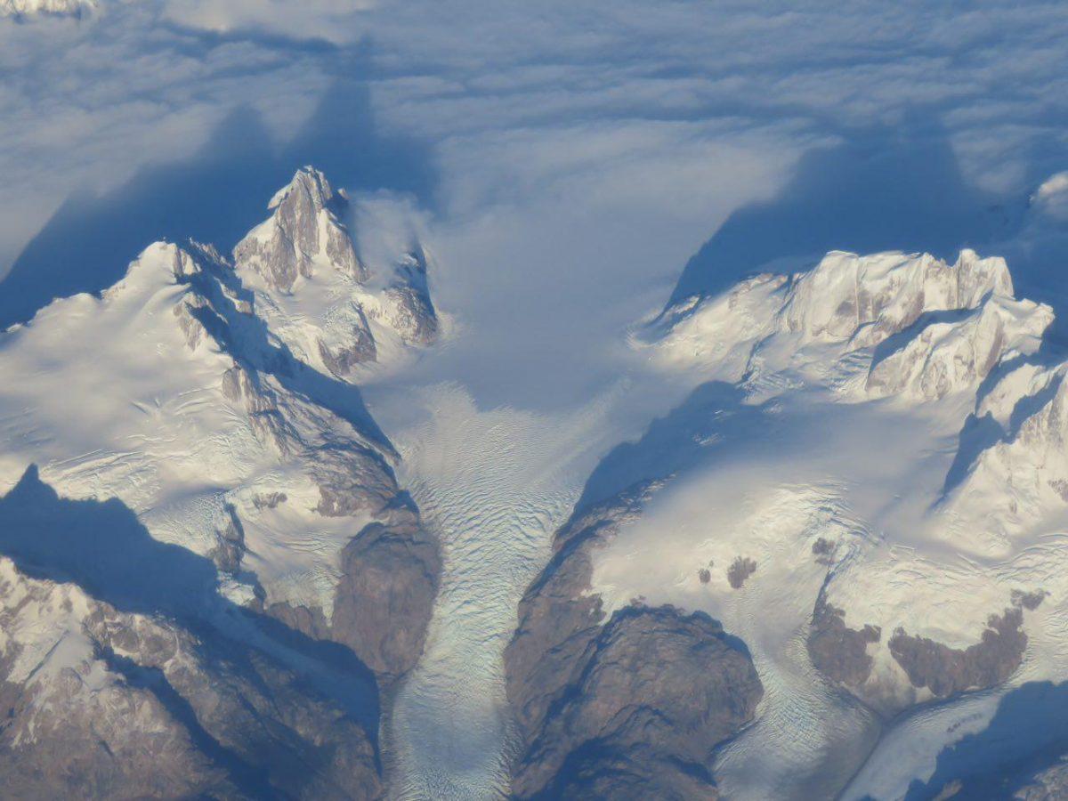 اما اینجا خانه یخچال های طبیعی ست، برف روی برف می لغزد و جاری دره های اطراف می شود، همچون رودی آرام، حتی می شود امواج حرکتش را هم دید!