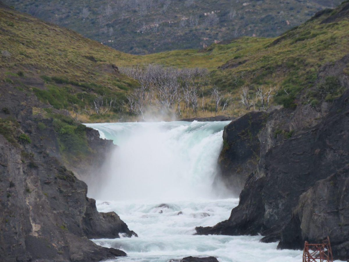 از آن بالا دست برف ها آب می شوند، آبها روی سر هم می لغزند و آبشارهای کوچک و بزرگ می سازند و حس خوش زندگی را به ارمغان می آورند آن گاهی که جاری می شوند.