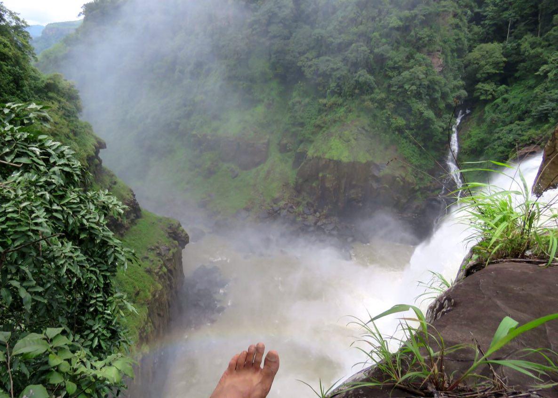 می نشینم آن لبه آبشار به تماشای رنگین کمانی که گویا به نشانه تایید آنهمه زیبایی هویدا شده است.