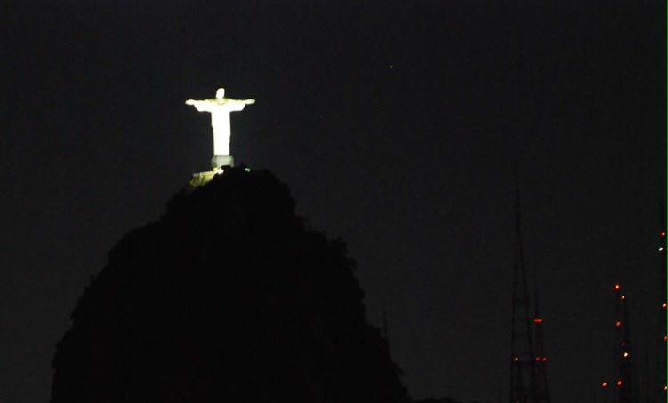 برایش دست تکان می دهم و برایم دستانش را باز می کند با آن قامت ٣٨ متری اش، چنان نورپردازی اش کرده اند که گویا در آسمانها زندگی می کند مسیح نجات بخش!