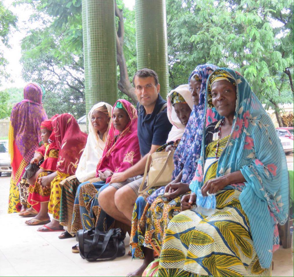 زن ها لباس های رنگی شان را پوشیده اند و جلوی مسجد جامع پاتوق کرده اند، برخی هم لوازم و وسایل حج می فروشند، کلا سخت عکس هستند، ولی خوش رنگ...