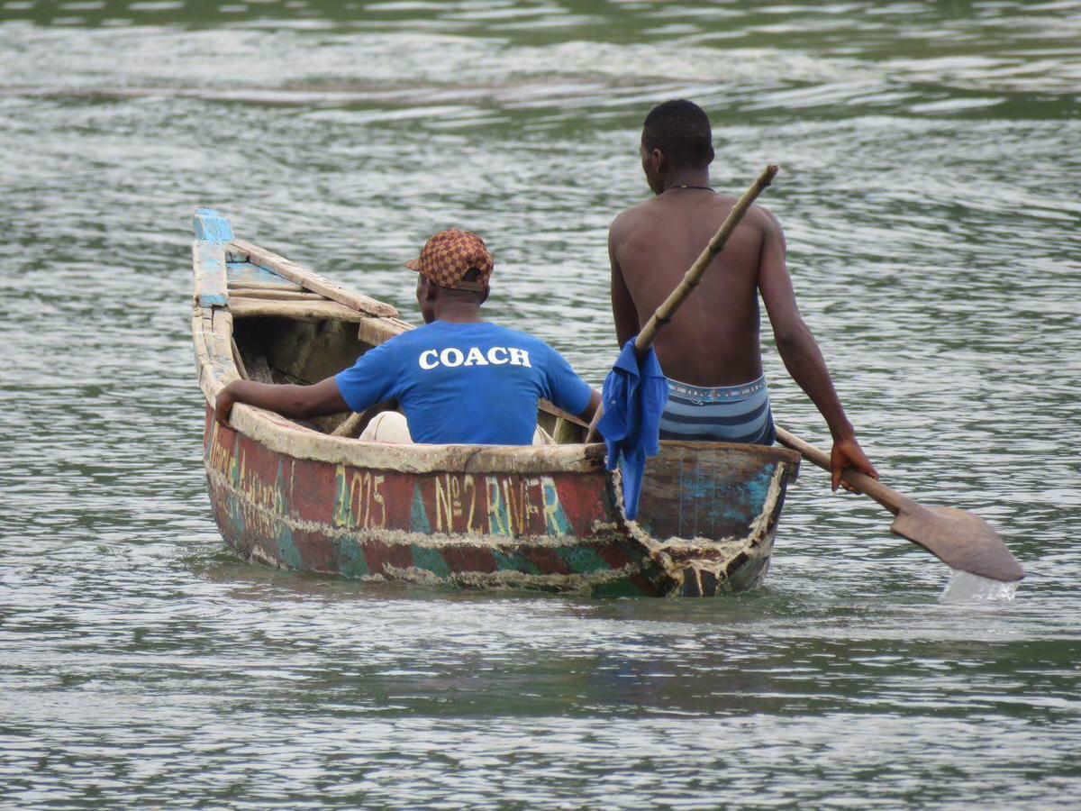جاده را آب برده است، بخشی از مسیر را در کنار ساحل دریا با قایق های محلی طی می کنیم تا آن سوترها به قسمت سالم مسیرمان برسیم و ادامه دهیم...