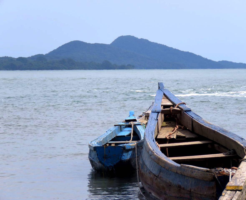 قایقی ساخته اند و به آبش سپرده اند، در عین سادگی همسفر مطمئنی برای لحظات کوتاه سرگردانی در اقیانوس است، انگار مقصدش را خوب می شناسد...