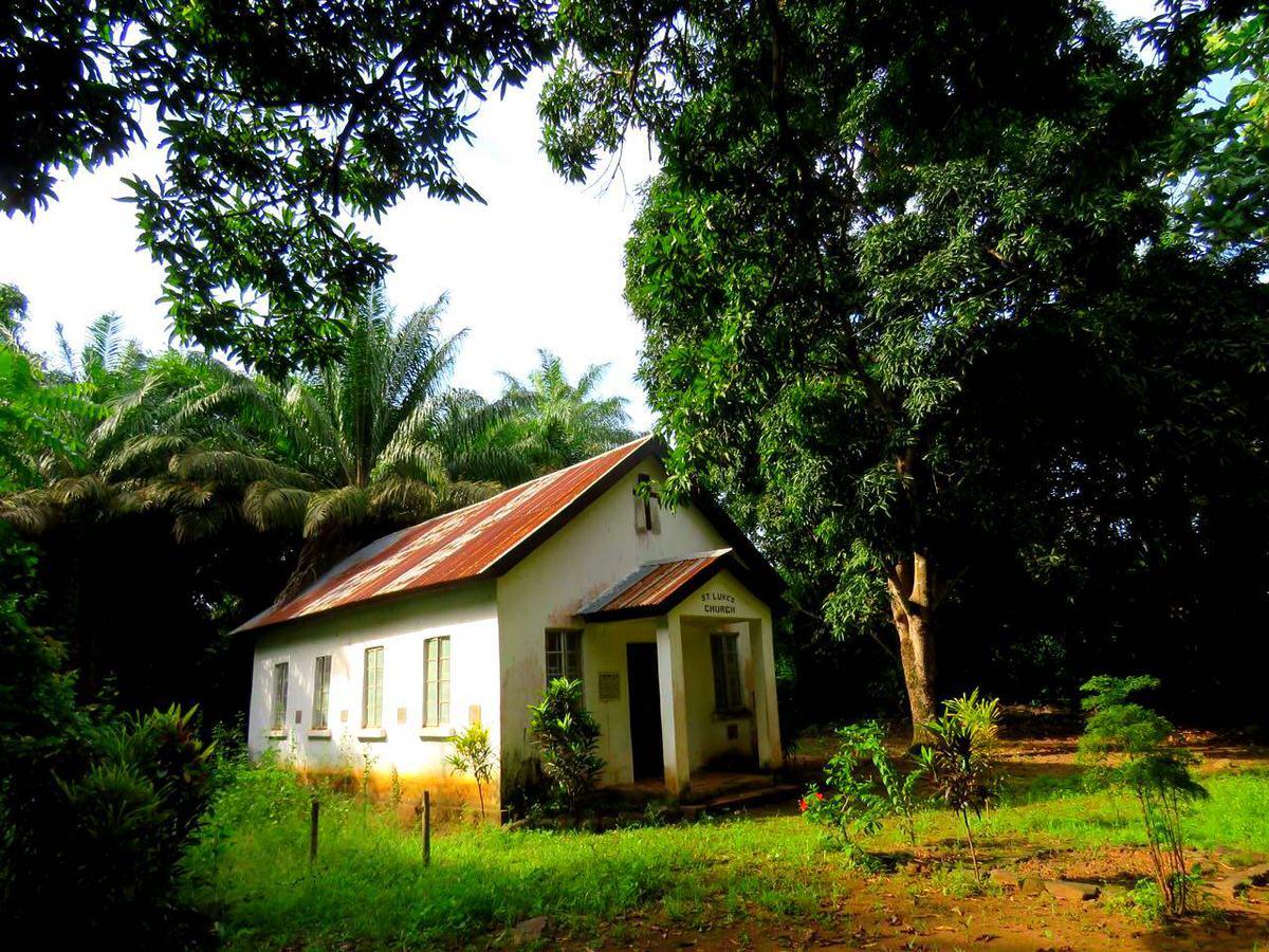 این هم کلیسای نور خورده و بازسازی شده جزیره، همان که محل نیایش بردگان بوده است در کوتاه زمان تلخ حضورشان در اینجا.