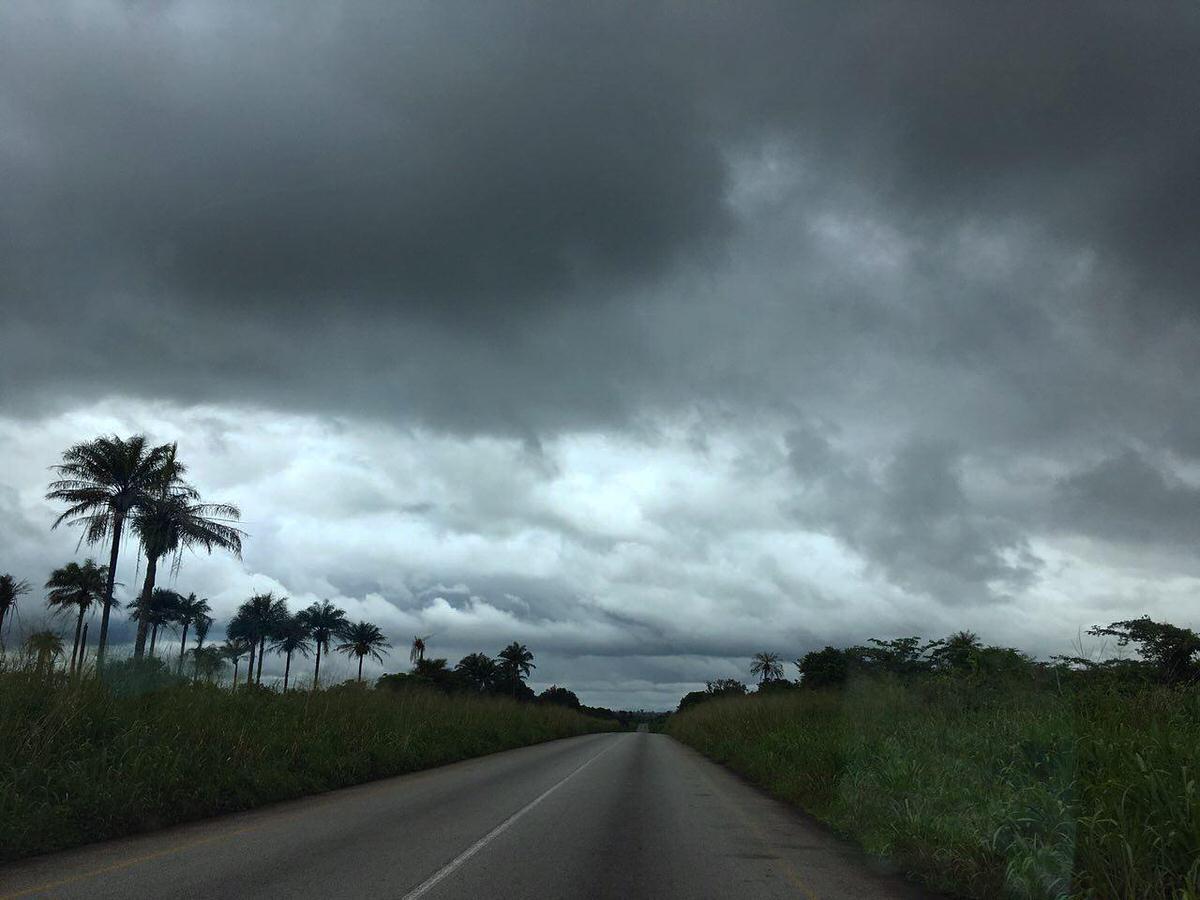 عجب جاده هایی دارد این کشور سیرالئون، دست راستش روی سر دولت کشور گینه با آن جاده های حماسی اش، البته که طبیعت اطراف و آسمان ابرگرفته اش هم کمک کرده اند که بیشتر جادویشان شوم...